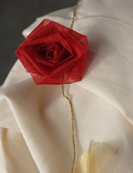Red Rolled Roses Gold Ribbon Garland 9ft