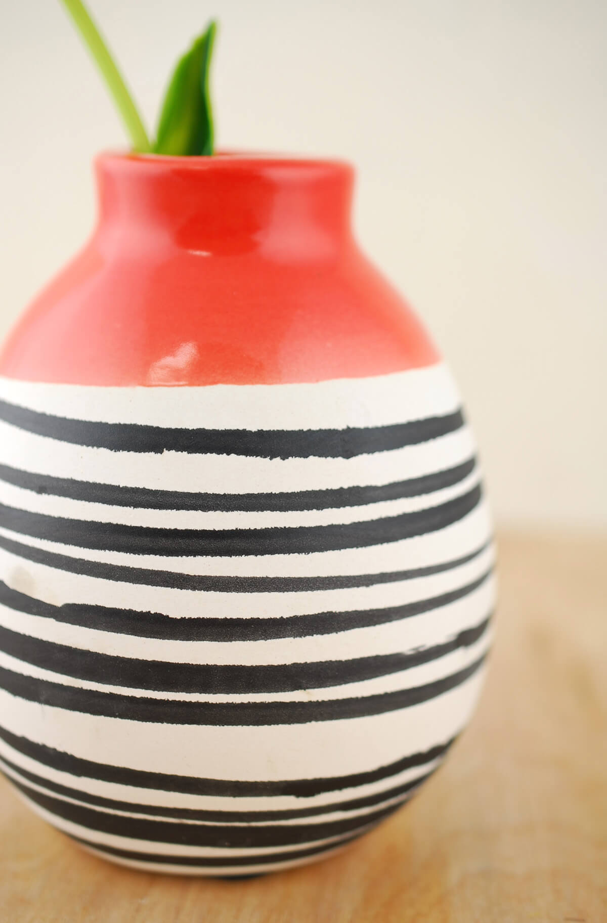 "Circus Vase 4""x 5"" , Ceramic Red & White"